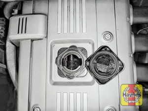 Illustration of step: To open the oil filler cap, turn anticlockwise  - step 2