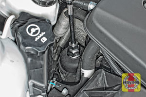 Illustration of step: Using a 27mm socket, fit the tool securely onto the oil filter housing - step 3