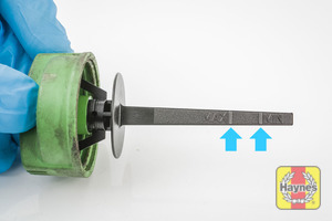 Illustration of step: You can determine the level using the dipstick, you may need to wipe clean, fully replace the cap and remove to determine the correct level - step 3
