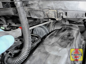 Illustration of step: Undo circular clip on the air intake - use a 7mm socket or a screwdriver - step 4