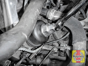 Illustration of step: Using a 27mm socket, fit the tool securely onto the oil filter housing - step 4