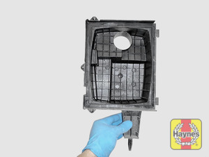 Illustration of step: View of the air filter cover - step 7