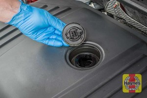 Illustration of step: To open the oil filler cap, turn anticlockwise  - step 6