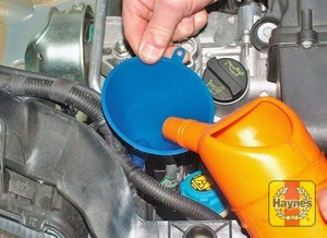 Illustration of step:  When topping-up the reservoir, add a screenwash additive in the quantities recommended on the additive bottle - Washer fluid level - step 36