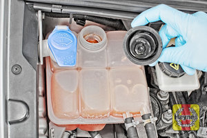 Illustration of step: ONLY WHEN COLD! - undo the cap to add more coolant - step 3
