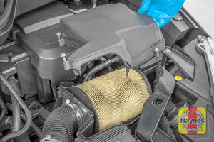 Illustration of step: Carefully lift out the air filter cover - step 3