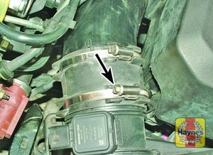Illustration of step:  Slacken the clamp (arrowed) securing the air outlet hose to the filter cover  - step 5