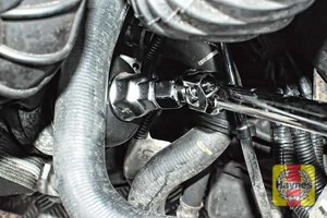 Illustration of step: Loosen the oil filter housing by unscrewing anticlockwise - step 5