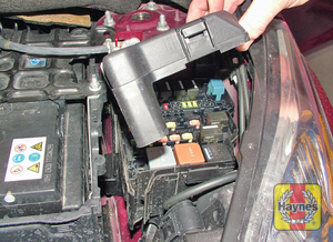 Illustration of step: Unclip the cover to access the engine compartment fusebox - step 1