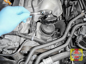 Illustration of step: Using a 76/14F filter wrench socket, fit the tool securely onto the oil filter housing - step 3