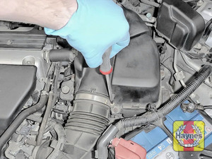 Illustration of step: Undo the circular clip on the air intake using a phillips screwdriver - step 2