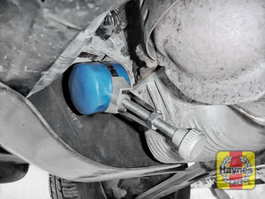 Illustration of step: Using an oil filter wrench, unscrew the filter anti-clockwise and remove the old oil filter - step 4