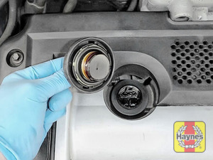 Illustration of step: To open the oil filler cap turn anticlockwise  - step 5