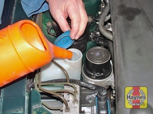 Illustration of step:  When topping-up the reservoir, add a screenwash additive in the quantities recommended on the additive bottle - Washer fluid level - step 32