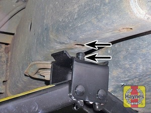Illustration of step:  On models with air suspension, ensure the suspension is set to the off-road height, then position the jack under the vehicle chassis, so the pin on the jack head is aligned with the corresponding hole - Changing the wheel - step 7