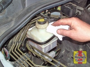 Illustration of step:  If topping-up is necessary, first wipe clean the area around the filler cap to prevent dirt entering the hydraulic system - Safety first! - step 29
