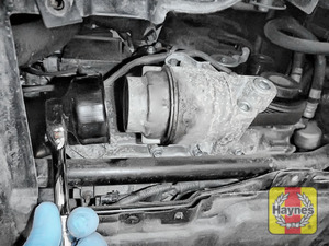 Illustration of step: Using a 65/67 14F filter wrench socket, fit the tool securely onto the oil filter housing - step 3