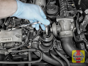 Illustration of step: Using a 24mm filter wrench socket, fit the tool securely onto the oil filter housing - step 5