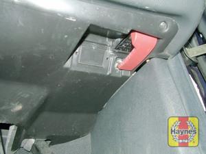 Illustration of step: The diagnostic socket is adjacent to the bonnet release handle - step 2
