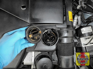 Illustration of step: To open the oil filler cap turn anticlockwise  - step 2