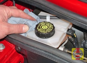 Illustration of step:  If topping-up is necessary, first wipe clean the area around the filler cap to prevent dirt entering the hydraulic system - Before you start - step 17