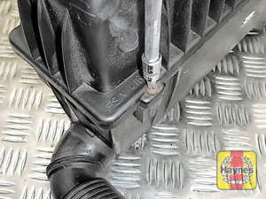 Illustration of step: Now undo the 5x phillips retaining fixings and remove the air filter lid - step 6
