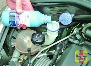 Illustration of step:  When topping-up the reservoir, add a screenwash additive in the quantities recommended on the additive bottle - Washer fluid level - step 34