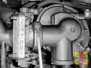 Illustration of step: Undo the circular clip on the air intake using a 7mm socket or a screwdriver - step 4