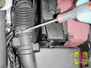 Illustration of step: Now undo the circular clip on the air intake, use a 7mm socket or a screwdriver - step 3