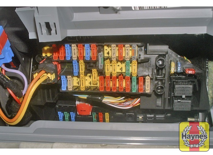 peugeot 406 1999 2002 2 2 hdi fusebox and diagnostic socket rh haynes com fuse box peugeot 406 estate