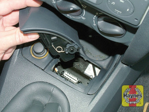 Illustration of step: The diagnostic socket is located under the ashtray in the centre console – 2001 model - step 2