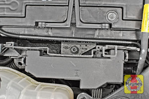 Illustration of step: The battery retaining clamp position - step 5
