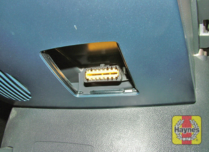 Illustration of step: The diagnostic socket is located under the centre section of the fascia (2005-2009 cars) - step 2
