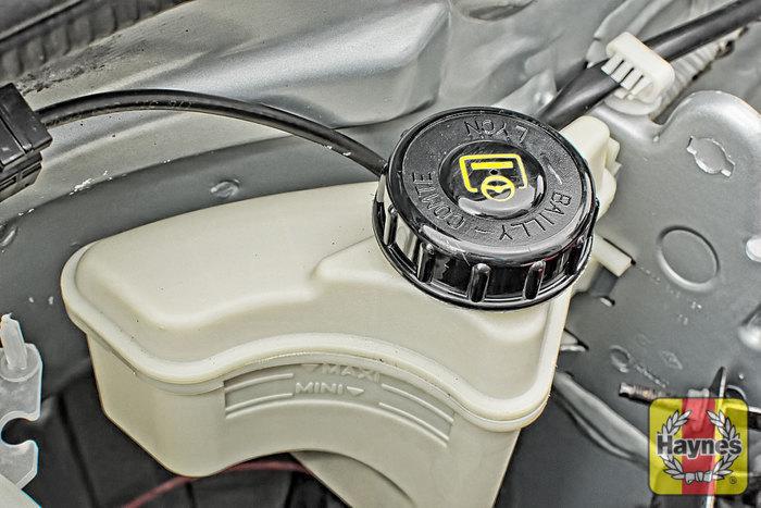 How To Change Brake Fluid >> Renault Kangoo (1999 - 2003) 1.5 DCi - Checking steering fluid - Haynes Publishing