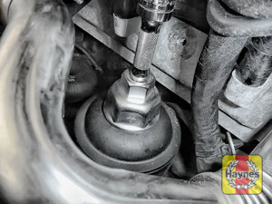 Illustration of step: Fit a 32mm filter wrench socket securely onto the oil filter housing - step 5