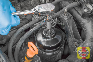 Illustration of step: Using a 76/14F filter wrench socket, fit the tool securely onto the oil filter housing - step 4