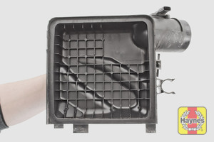 Illustration of step: Clean the inside of the air filter body if required - step 12
