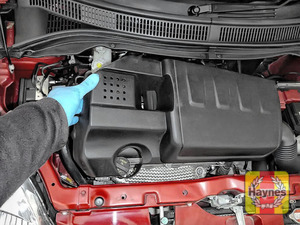 Illustration of step: Release and remove the engine cover to access to the air filter - step 2
