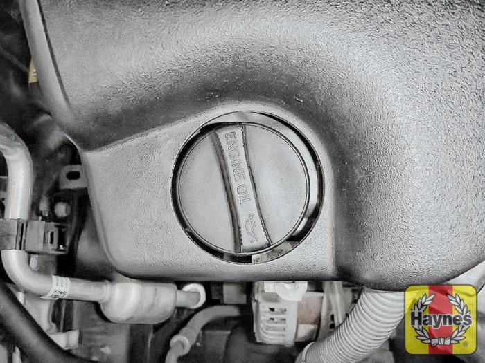 Toyota Auris (2002 - 2007) 1.33 VVT-i - Oil filter change - Haynes ...