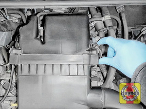 Illustration of step: Undo the two retaining clips on the body of the air filter - step 2