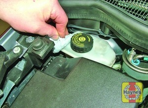Illustration of step:  If topping-up is necessary, first wipe clean the area around the filler cap to prevent dirt entering the hydraulic system -  Safety first! - step 27