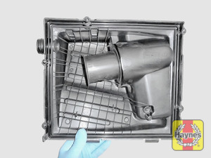 Illustration of step: View of the air filter cover - clean this if required - step 7