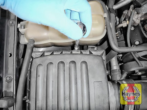 Illustration of step: Undo the 5 Torx-25 retaining fixings on the air filter body - step 3