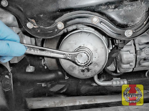 Illustration of step: Using a 22mm filter wrench socket, fit the tool securely onto the oil filter housing - step 3