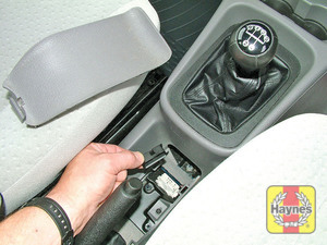Illustration of step: The diagnostic socket is located under a panel in the centre console - step 2