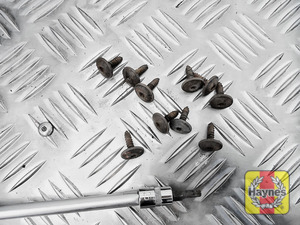 Illustration of step: Undo the fixings - use a Torx-25 socket - step 3