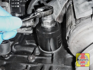 Illustration of step: Using a 30mm socket, unscrew the filter anticlockwise and remove the old oil filter - step 3