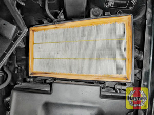 Illustration of step: Air filter in position - step 5