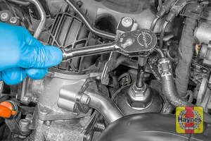 Illustration of step: Using a 32mm filter wrench socket, fit the tool securely onto the oil filter housing - step 4