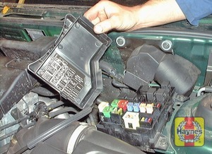 Illustration of step: Unclip the cover from the fusebox on the right-hand side of the engine compartment - step 2